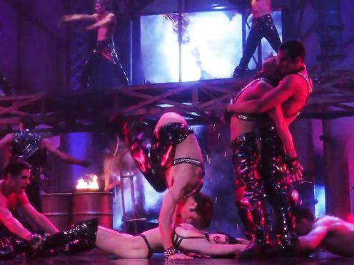 Gina Gershon, Elizabeth Berkley – Showgirls (1995)
