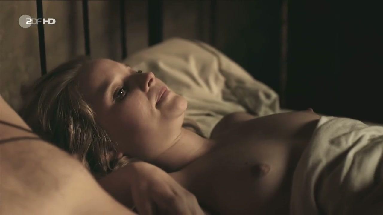 Emilia Schüle Nude