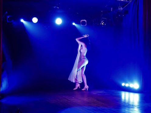 Burlesque Disrobe DISPLAY – Betsy Submerge into a faint – Champagne Boink