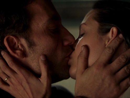 Angelina Jolie naked – Beyond Borders (2003)