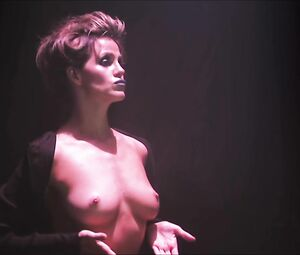 Nackt Lola Davidson  Julian Wells