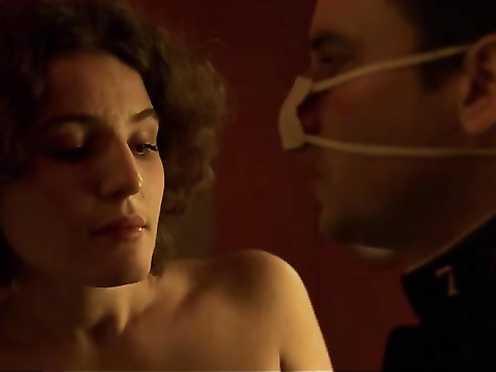 Maud Le Guenedal Nude – La Chambre des Officiers (FR 2001)